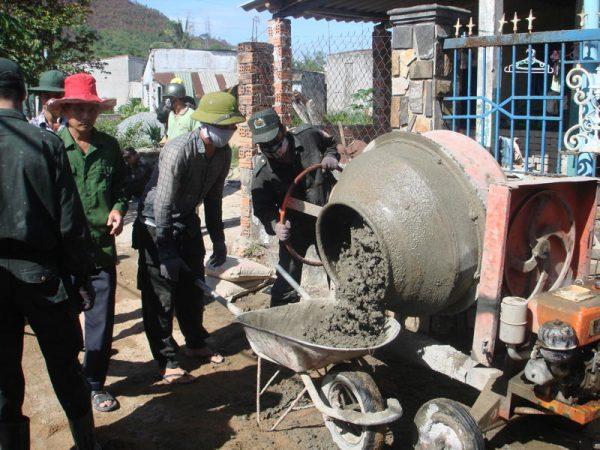 Nên trộn bê tông bằng má hay thủ công