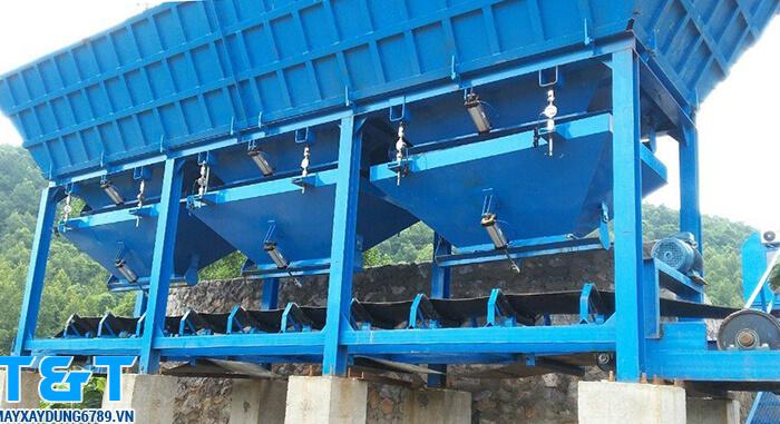Trọng lượng tối đa của Phễu cấp liệu PLD 2400 lên đến 4000kg, số phễu là 4 x 10m3, công suất: 120m3/h, tốc độ băng tải: 1,6m/s và động cơ chính 11kW
