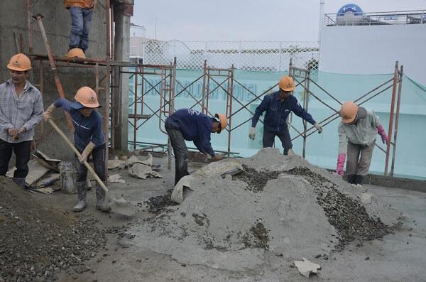 trộn bê tông bằng phương pháp thủ công